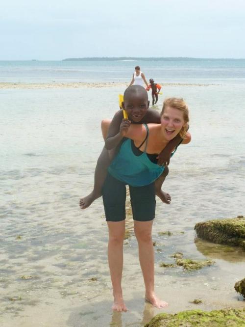 På stranda med god-gutta frå barneheimen!